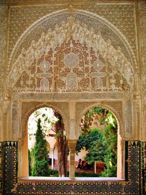 Ventanas_con_arabescos_en_la_Alhambra