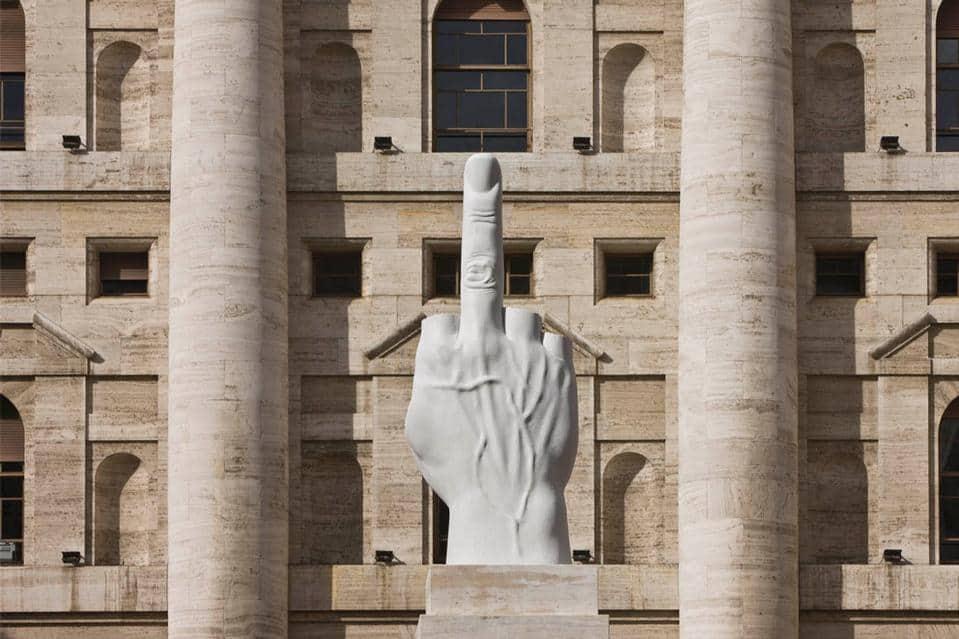 big_273764_8977_7-Maurizio Cattelan, L.O.V.E. 2010, Piazza Affari Milano, photo zeno zotti_big
