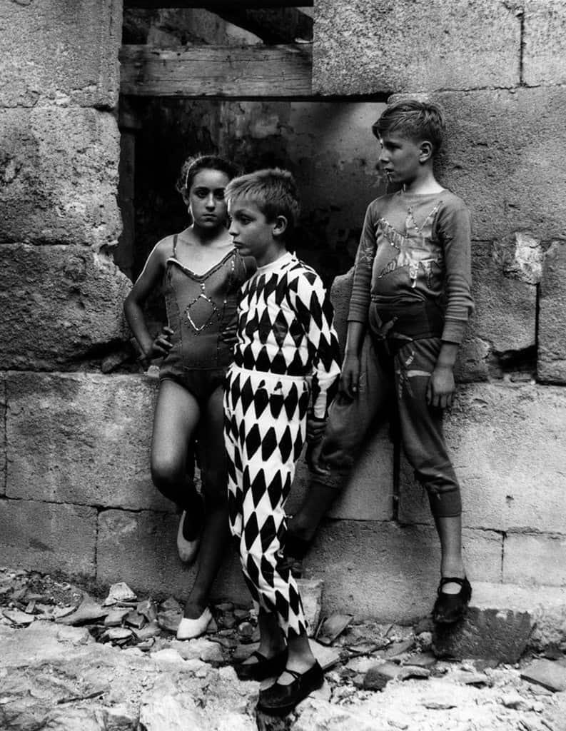 Les-Saltinbamques_-Arlequin-et-Acrobates_-Arles_-1955_Lucien-Clergue
